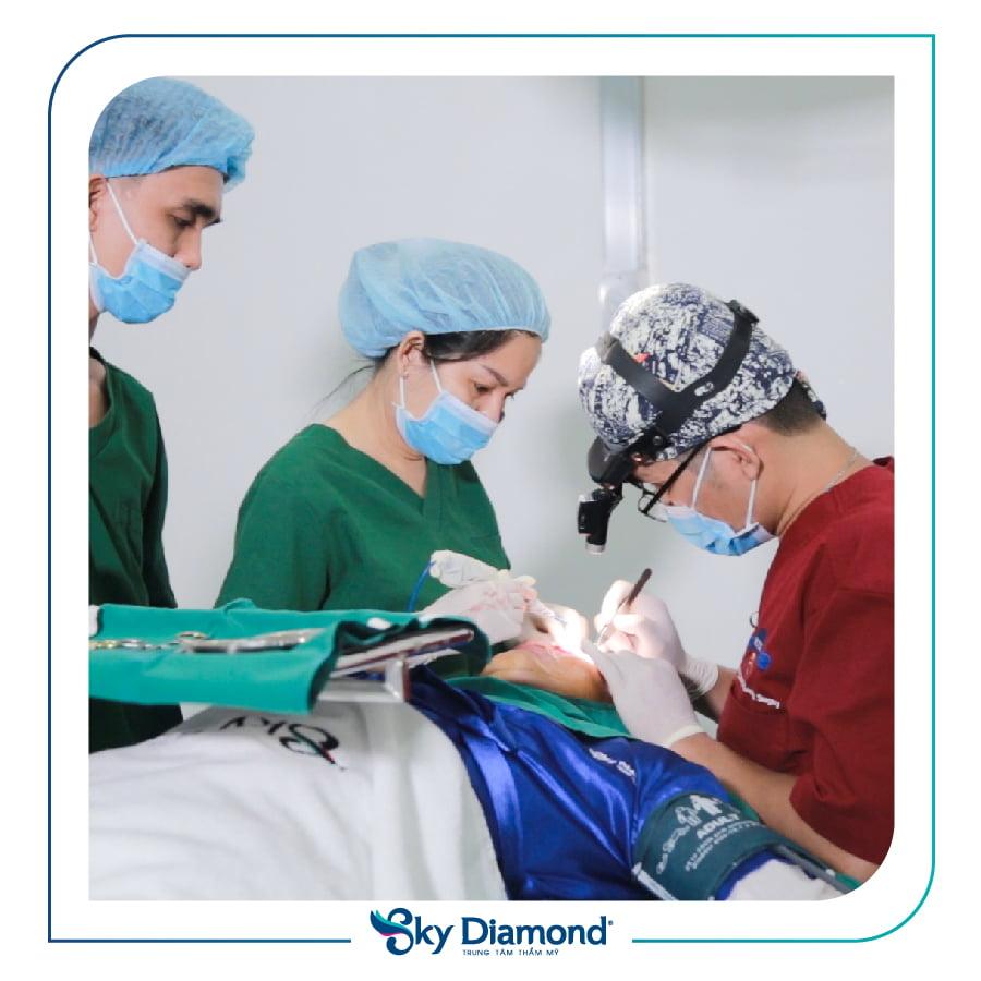 Treo mày Myome được thực hiện bởi đội ngũ y bác sĩ trên 10 năm kinh nghiệm