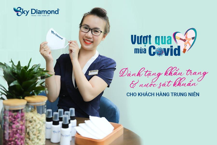 Sky Diamond dành tặng khẩu trang cho các cô chú anh chị trung niên để ngăn dịch covid 19