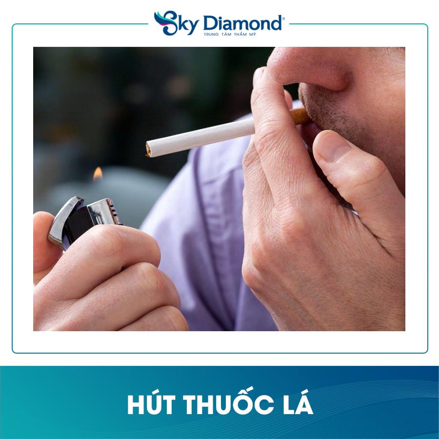 Hút thuốc lá cũng là nguyên nhân hình thành nếp nhăn ở mắt